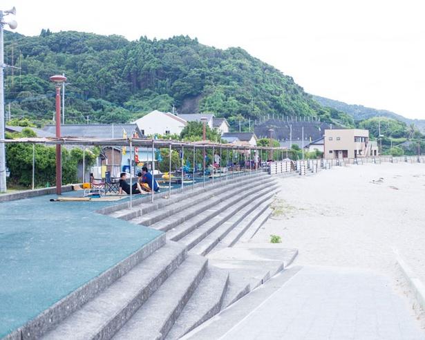 海の家は、ビーチの両端にある / 西方海水浴場
