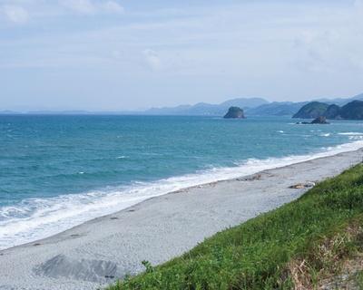 【写真を見る】水平線の先に甑島を見る 好展望の美しきビーチ / 唐浜海水浴場