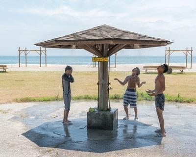 【写真を見る】珍しい形をした東屋風のシャワー(無料) / 住吉浜海水浴場