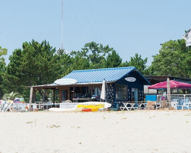 宿泊施設、 BBQ場、マリンショップなどが隣接する / 住吉浜海水浴場