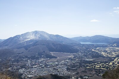 頂上までもう少しのところで見える芦ノ湖(右)と大涌谷(左)