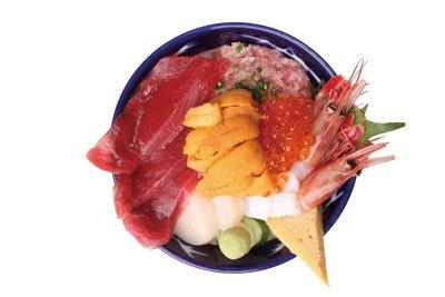 """丼からあふれ出ちゃってます! 海鮮丼・大江戸の""""ウニ盛り7点丼""""(¥2000)"""