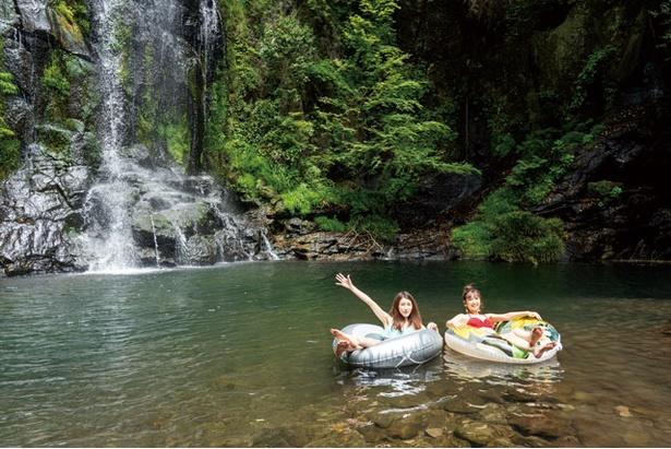 滝から流れ落ちる水が冷たい / 遊水峡