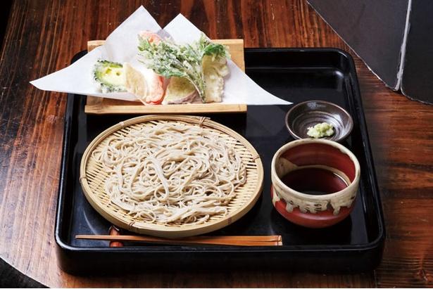 【写真を見る】「天ぷらそば」(1300円)。旬の食材を使用した天ぷらが6、7品付く / 平尾台蕎麦処 えん