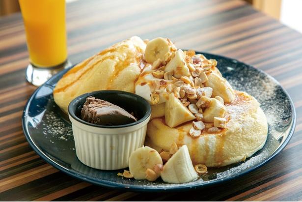 St.cafe NewLey / 「フレッシュバナナとミックスナッツのキャラメルパンケーキ」(1058円)。