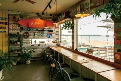 CAFECAFE ALOHA / 海に臨む窓際のカウンターが特等席