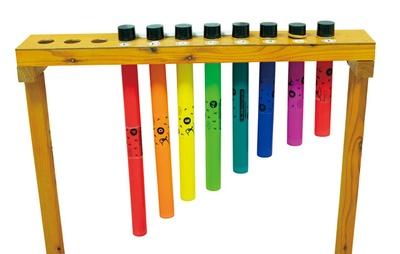 佐世保市少年科学館「星きらり」 / 筒の長さで音階を表現した楽器。上部を押すと音が出る仕組みで、大人も遊べる