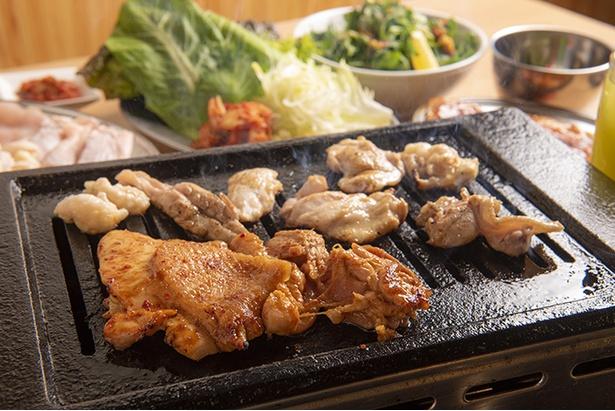 焼き台で焼いた鳥肉は適度な大きさにカットして味わう