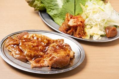 「名物!鶏ギョプサル」(842円)は、焼けたらハサミでカットし、野菜、キムチ、旨辛ニンニク味噌と味わう