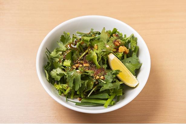 ニンニクベースのドレッシングが合う「パクチーとネギの香味サラダ」(486円)