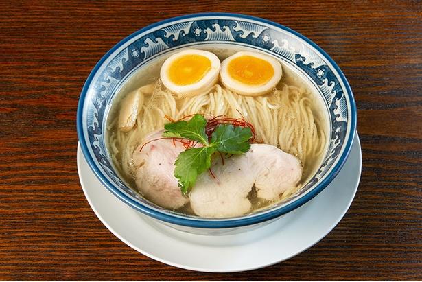 「塩 味玉ラーメン」(880円)は、2019年2月にスープを改良。新たに丸鶏も用いて、より旨味が増した