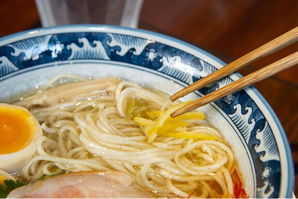 別皿の柚子胡椒と柚子皮を入れると、さわやかな味に変化!