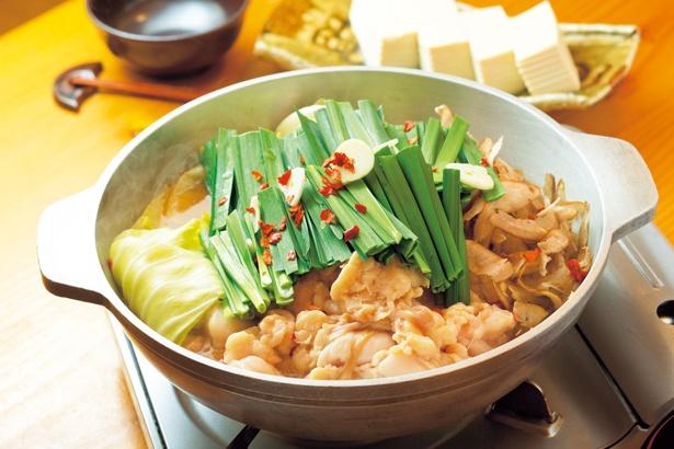 あごだし醤油(1人前1490円 ※写真は2人前)。すっきりとしたスープに野菜の甘味が徐々に加わる/博多もつ鍋 やまや 梅田店