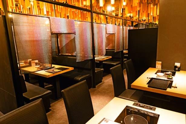天井に無数に広がるゴールドのオブジェで洗練された空間に/博多もつ鍋 おおやま 大阪駅店