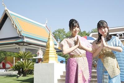 【写真を見る】今年3月に新登場したタイエリアで、民族衣装を身にまとうSKE48の太田彩夏と鈴木恋奈