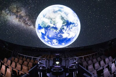 【写真を見る】 開館から29年間、毎日上映されてきたこだわりのプラネタリウム