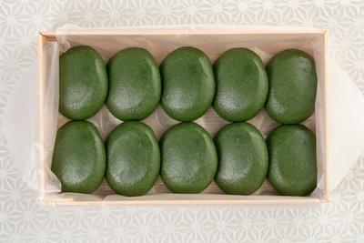 """「志""""満ん草餅 あん入り」1個160円。小豆は北海道・十勝産の大粒のものを使用。渋切りをしないので、小豆本来の香りを強く感じられる"""