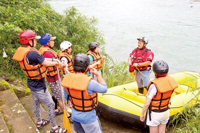オールの持ち方やボートから落ちた時の対応策を説明される / メインストリーム