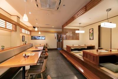 木の温もりが感じられる落ち着いた店 / 丸一蕎麦屋