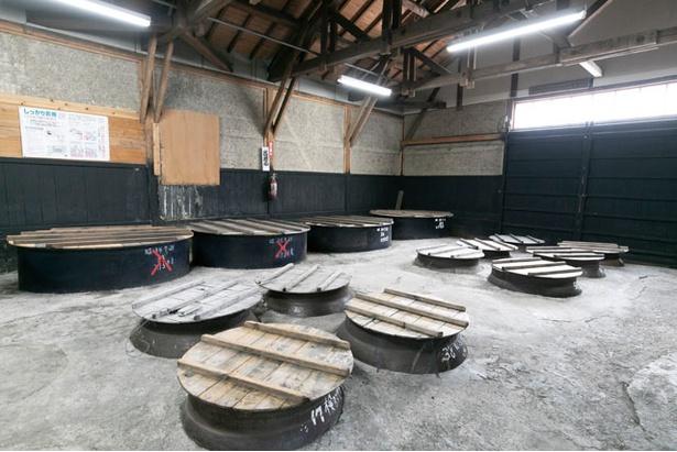 もろみを作る仕込み場など、酒造見学が可能。予約しておくのがベター / 渕田酒造場