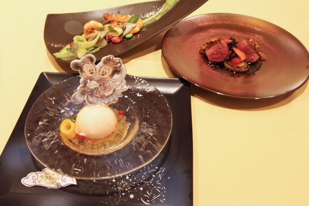 """「""""ディズニー七夕デイズ""""エンパイア・グリル・ディナー」(1万円)で提供される5品のうち、前菜、メイン、デザートの3品"""