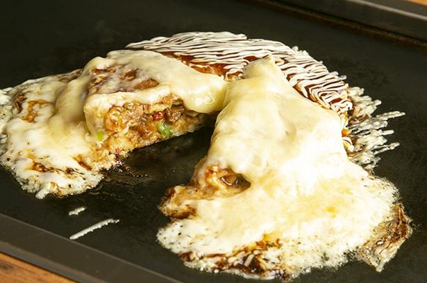 厚みがあるのは具材がたくさん入る証拠。 溢れたチーズの焦げた部分も香ばしい