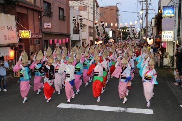 【写真を見る】花火だけでなく、阿波踊りなど見どころ満載の祭り