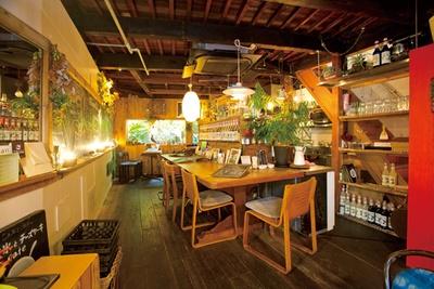 【写真を見る】アートな写真が飾られた店内の一番人気は窓辺の席。間近に緑が見え、小鳥も遊びに来る/cafe 12
