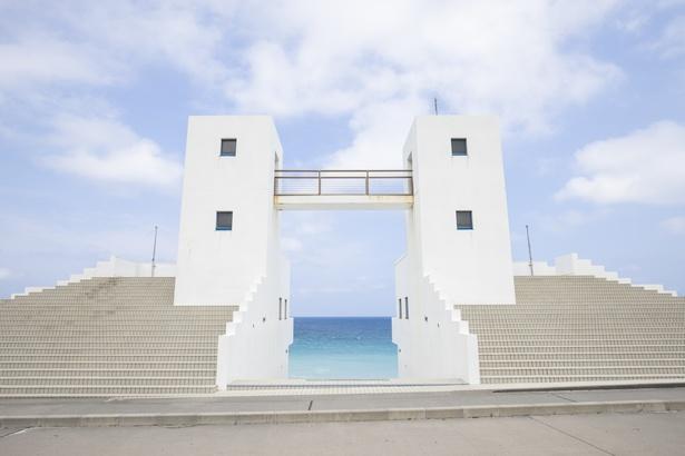 【写真を見る】絶景と癒しを求めて東京から最短35分で行ける離島