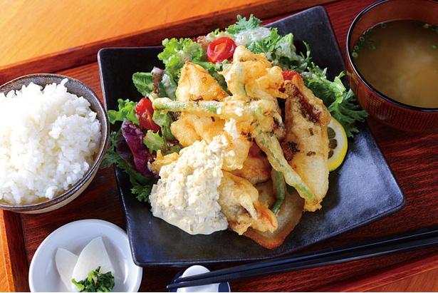 魚南蛮定食(890円)。天然鯛やヒラメなどの天ぷらをタルタルソースと共に / はれるや