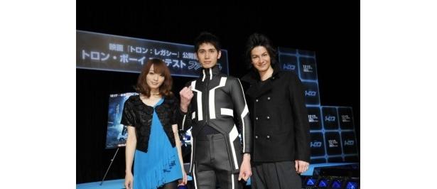 トロン・ボーイ コンテストで審査員を務めた佐藤かよ(左)とJOY(右)