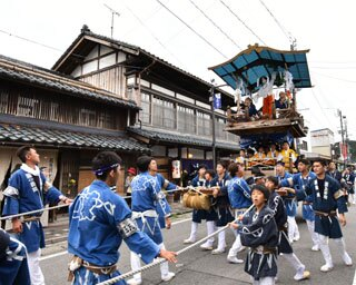 豪華なおしゃぎりが運行する新潟県村上市で「村上大祭」開催
