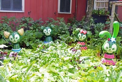 「アーント・ペグズ・ヴィレッジストア」の裏庭で、スイカのダッフィー&フレンズを発見!