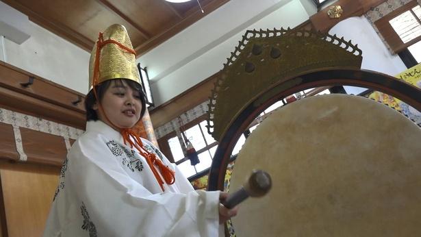 太鼓をたたいて神様をお呼びします