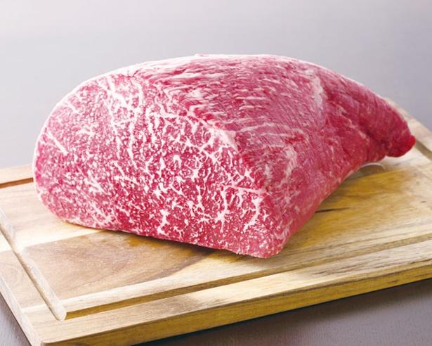 生で仕入れた肉を職人技で手切り