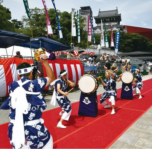 小倉祇園太鼓 / 平成から始まった据え太鼓競演会。2基の太鼓を複数人で打ち回し、個性を競う