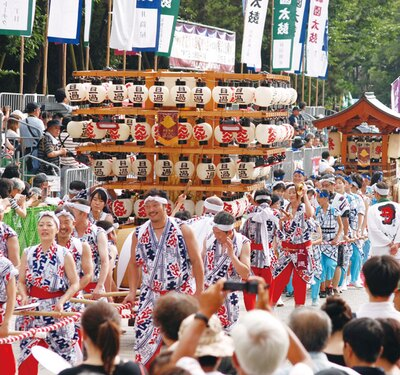 【写真を見る】小倉祇園太鼓 / 太鼓芸を披露する競演大会。毎年、100前後の団体が参加する