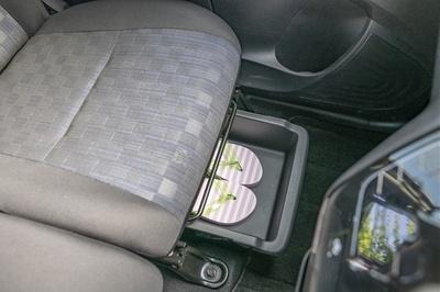 グレード別設定の助手席シートアンダーボックスには靴を入れておけるので、どんなシーンにも対応できる