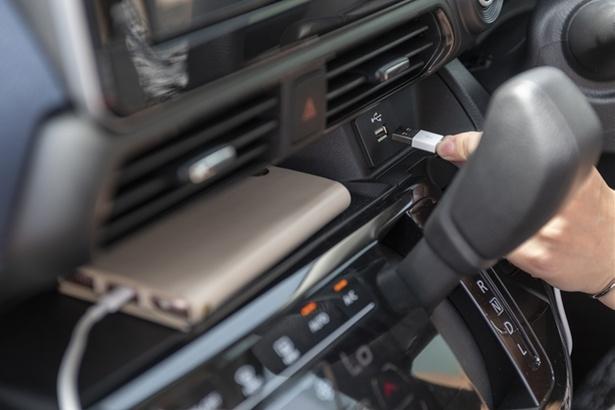 インストセンタートレイには、スマートフォンなどと接続できる「USBソケット」が設置可能(オプション)。充電切れの心配もなく、安心していつもよりも遠くまで出かけられる