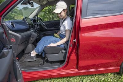 ふかふかでもちっとした座り心地のシートはドライブ疲れも少ないため目的地に到着後、思いっきり楽しめる。また、ミニバン並みに車高も高いため乗り降りも楽チン