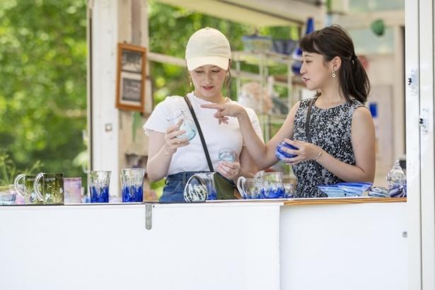 工房に併設されるギャラリーで制作するガラス作品の形や色、柄を相談する2人