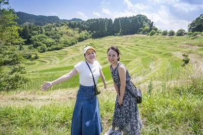 見晴らし台から見た大山千枚田。さわやかな風が吹く中、2人も気持ちよさそうだ