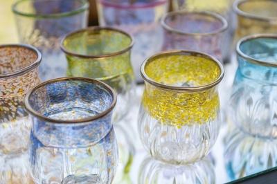 主基(SUKI)グラススタジオのギャラリーに並ぶガラス器。作品作りの参考のほか、気に入ったものがあれば購入することも可能