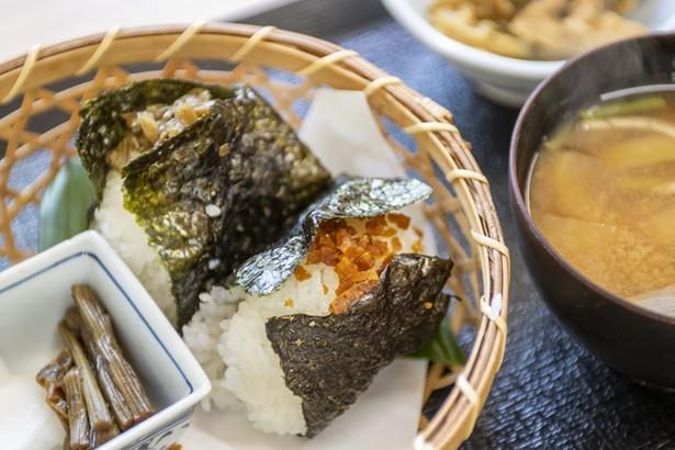 大山千枚田で収穫した長狭米を使ったおにぎり定食。具はふき味噌、椎茸の甘煮、ゆず味噌、梅、ゆかり、しその実、きゃらぶき、おかかの中から2つ選べる