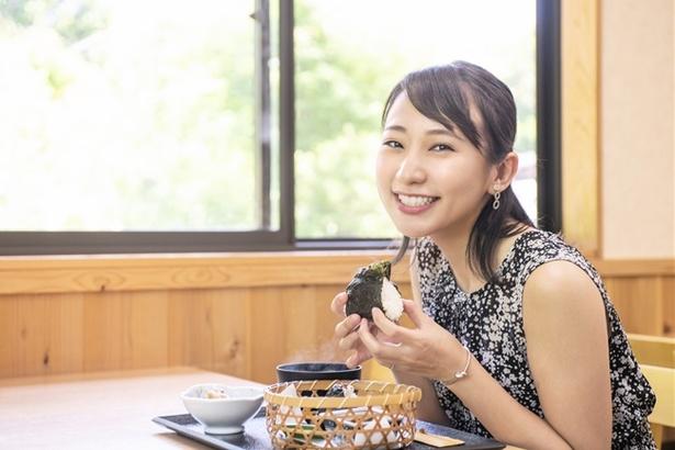 一般には流通しない大山千枚田産の長狭米を使ったおにぎり。おいしそう!と住吉さんも思わず笑顔に