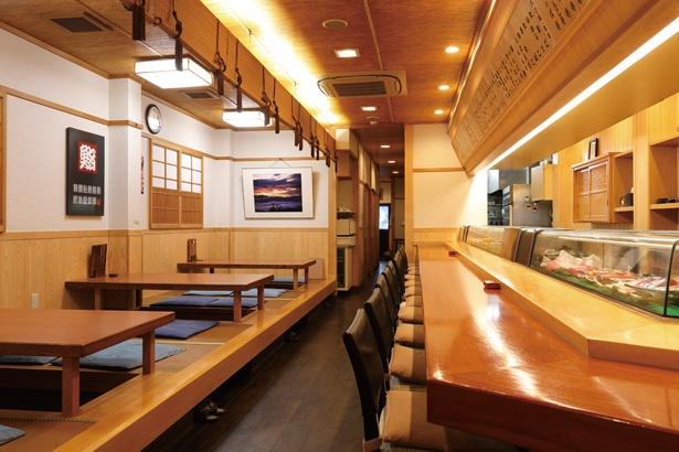 広々としたカウンターと小上がり席のほか、2階には座敷もある