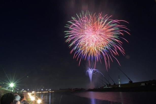 尺玉やメッセージ花火など約8000発が打ち上げられる / 第43回みやま納涼花火大会