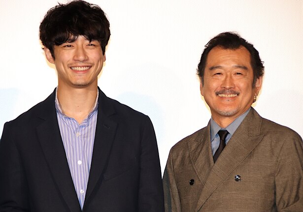 坂口健太郎&吉田鋼太郎が親子役で共演!