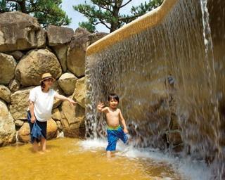 まるで自然の滝や岩にスライダーも完備!プール顔負けの水遊び公園「西猪名公園ウォーターランド」