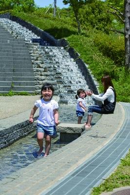 階段の上から水が流れる「せせらぎゾーン」/兵庫県立淡路島公園